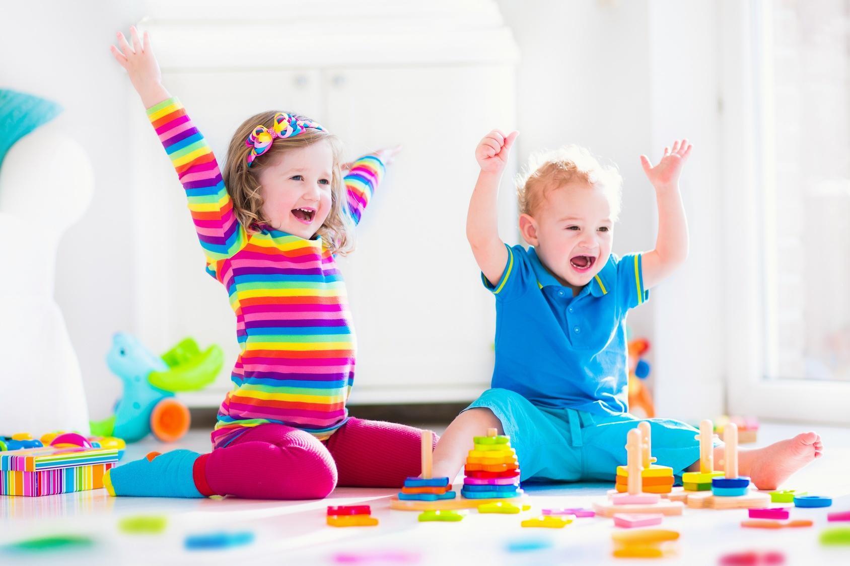 dzieci w radości bawiące się zabawkami