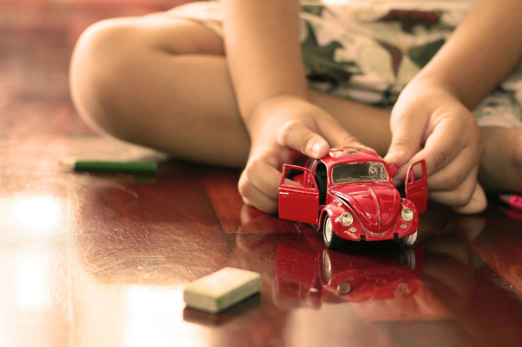 dziecko bawiące się swoim ulubionym samochodzikiem